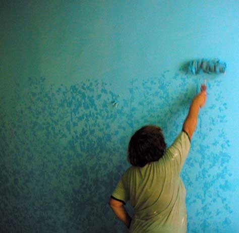 Покраска стен своими руками с фото
