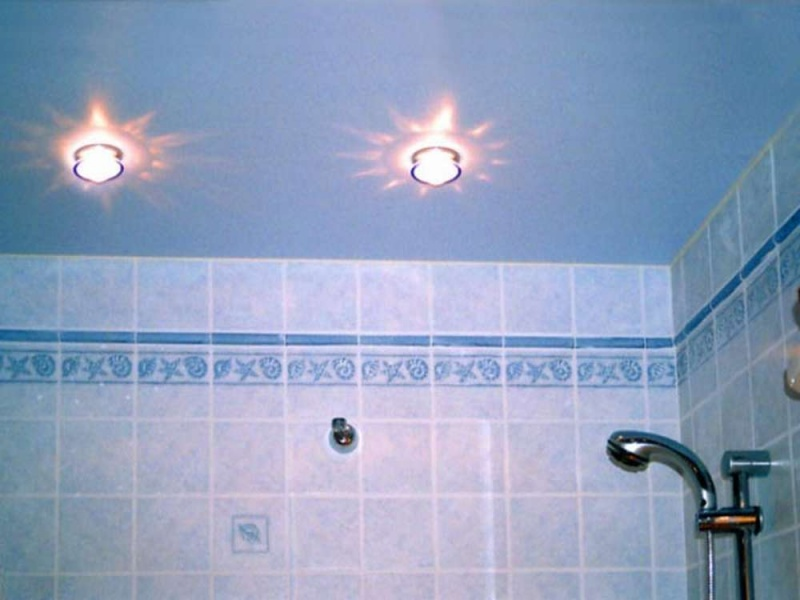 Как сделать потолок в ванной комнате из пластиковых панелей видео