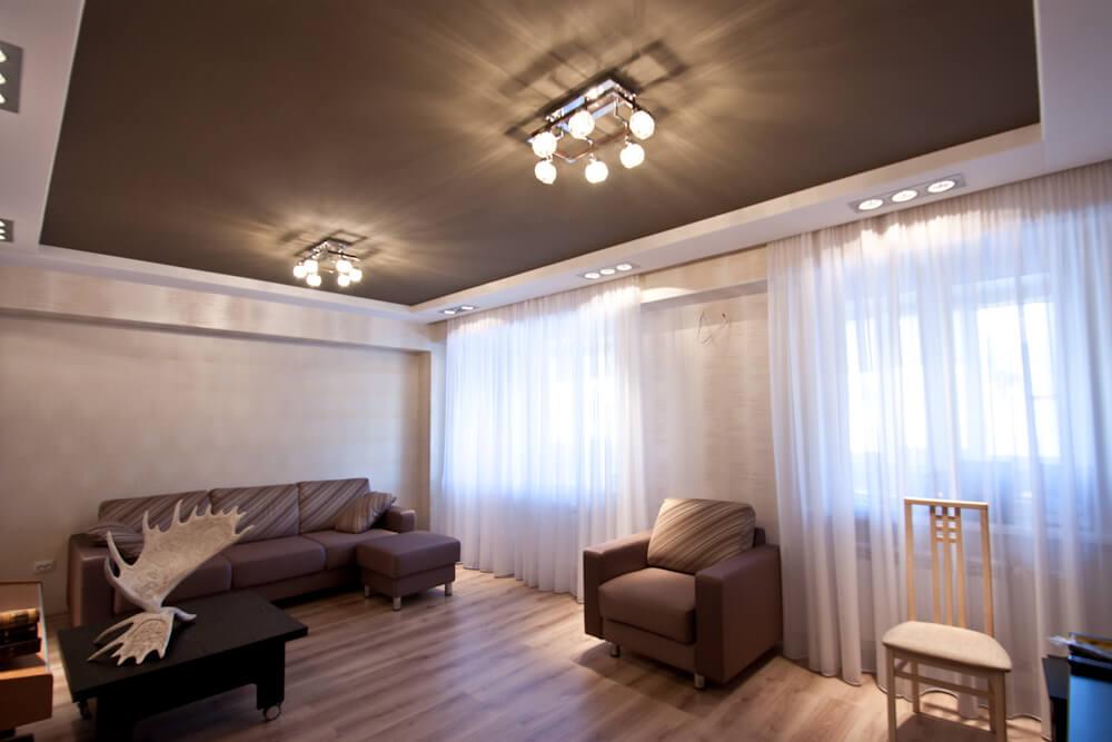 Коричневый глянцевый потолок в интерьере фото