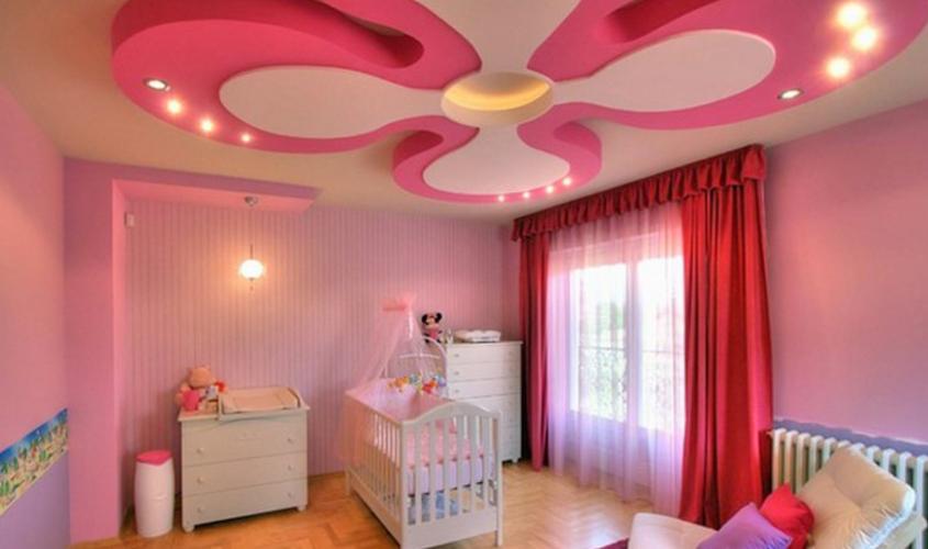 Цветок на потолке в детской