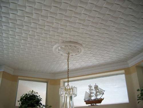 Клеим потолочную плитку своими руками