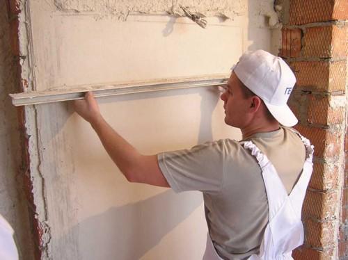 Плюсы и минусы использования штукатурки для выравнивания стен