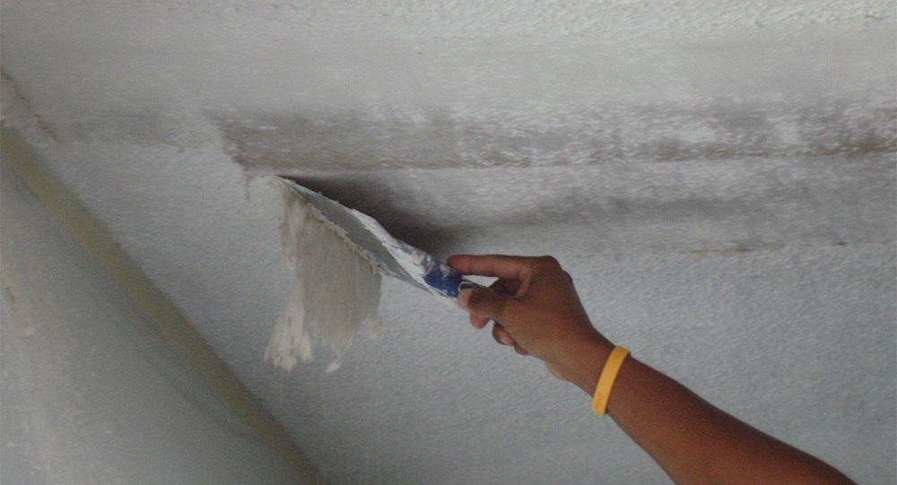 Смывание побелки с потолка