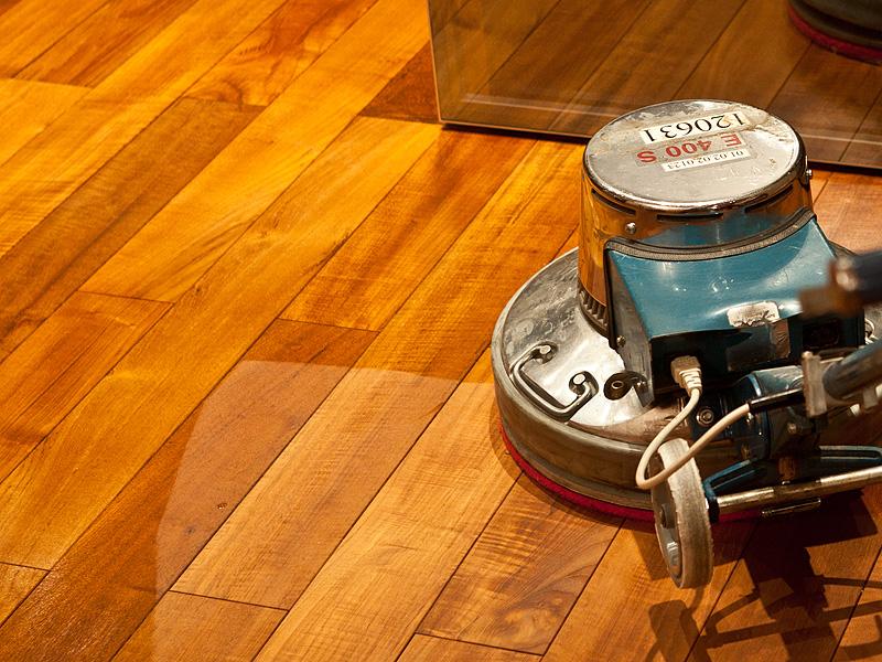 Обработка поверхности машиной для полировки после нанесения масла