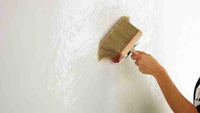 Нанесение клейстера из муки на стены