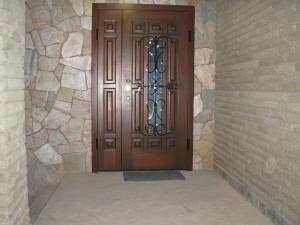 Красивые металлические двери со стеклом