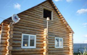 Деревянный дом и пластиковые окна
