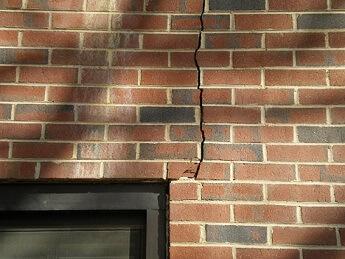 Трещины на стене дома