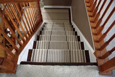 Деревянная лестница с ковром