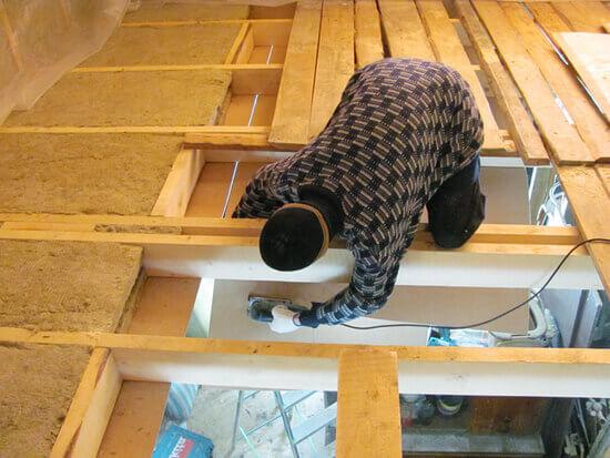 Чем в банях утепляют потолок