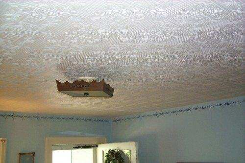 как клеить обои под покраску на потолок
