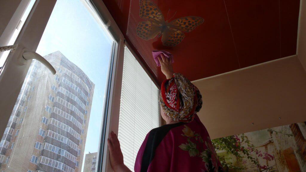 можно ли мыть натяжные потолки на кухне