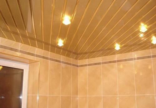 отделка потолка в ванной комнате пластиковыми панелями