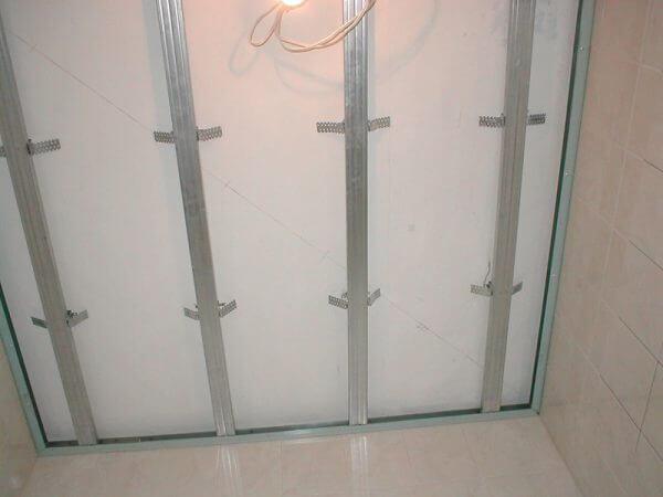 отделка потолка в ванной панелями