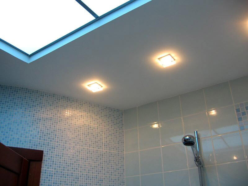 отделка потолка в ванной