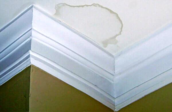 почему потолок после покраски пятнами