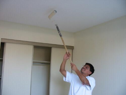 покраска стеклохолста на потолке