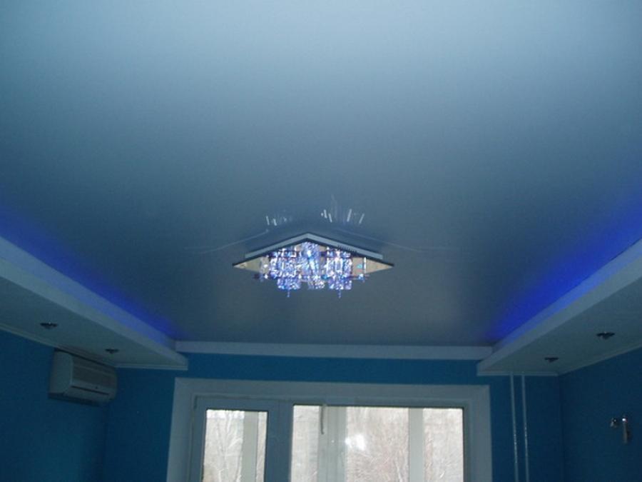 натяжной потолок голубого цвета фото