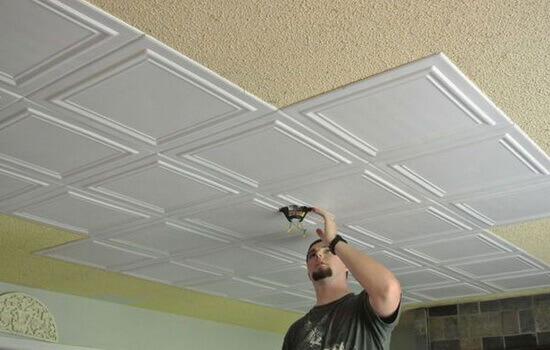 отделка потолка плиткой из пенопласта