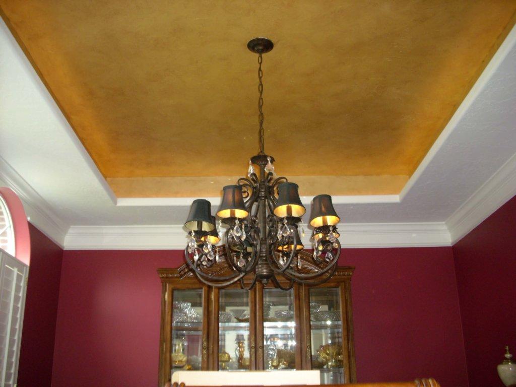 натяжной потолок золотого цвета фото