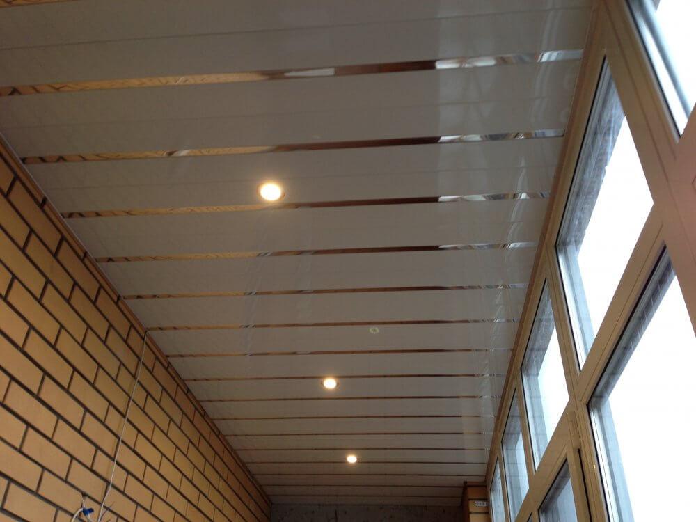 отделка балкона потолок