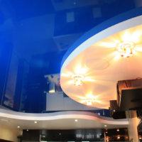 Синий потолок: особенности оформления