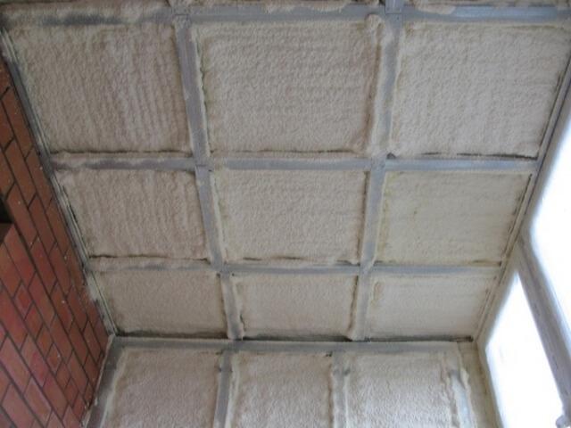 отделка потолка на балконе фото