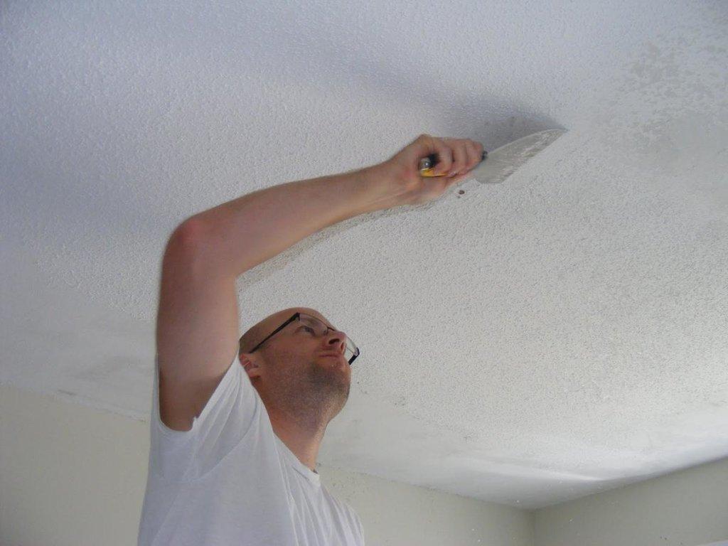 ремонт водоэмульсионного потолка после протечки своими руками
