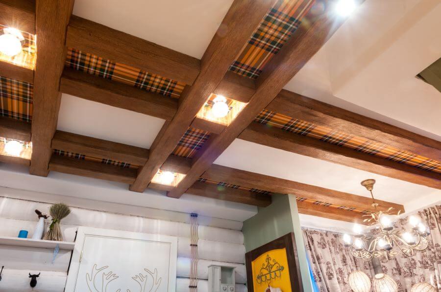потолки с балками в гостиной отделка