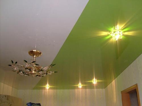 натяжные потолки разного цвета в одном уровне