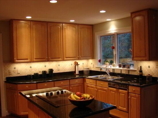 интерьер кухни с низким потолком