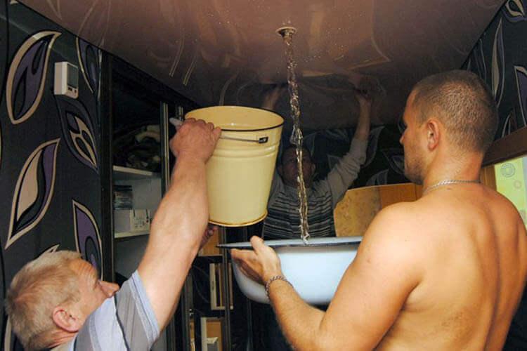слив воды с натяжного потолка фото