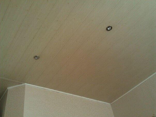 отделка потолка на кухне пластиковыми панелями фото