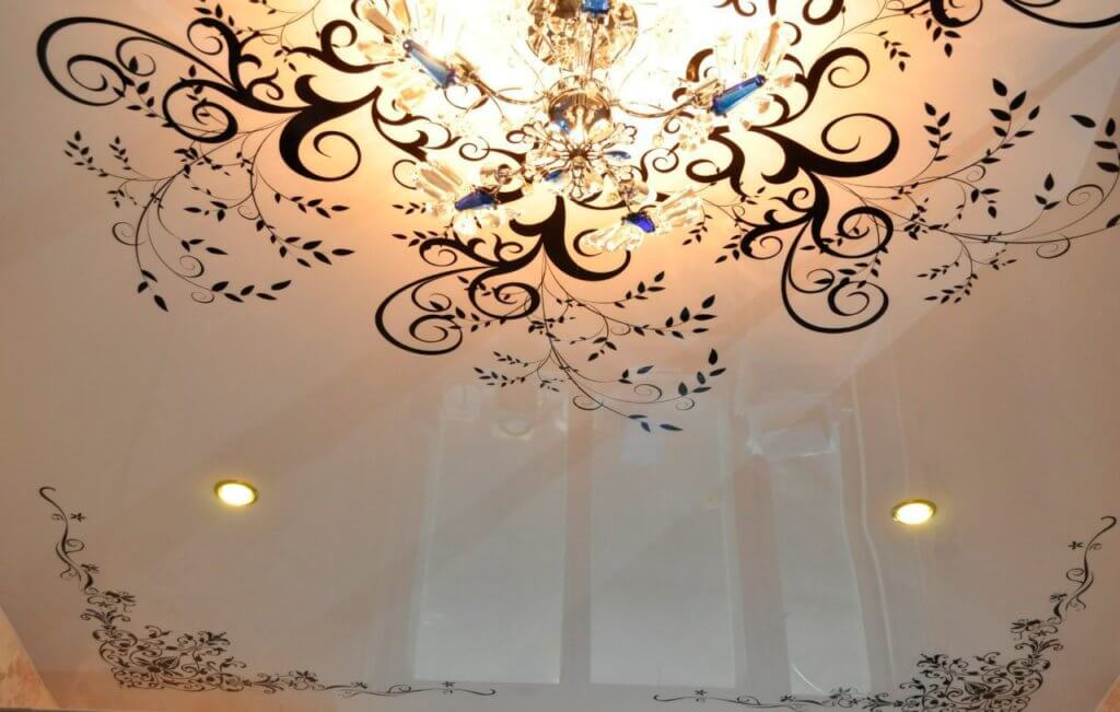 цвет натяжного потолка в спальне
