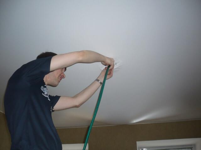 слив воды с натяжного потолка пылесосом