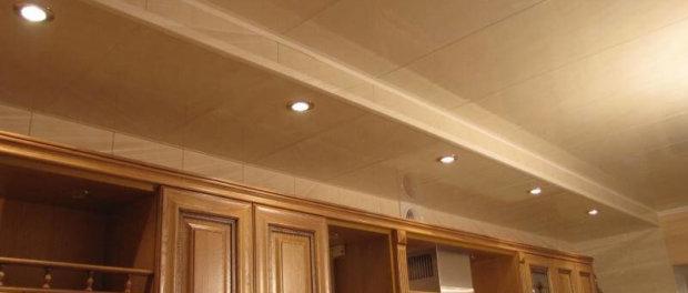 ремонт кухни потолок из панелей