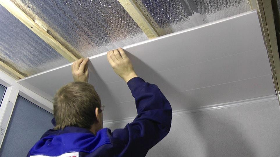 отделка потолков пластиковыми панелями фото