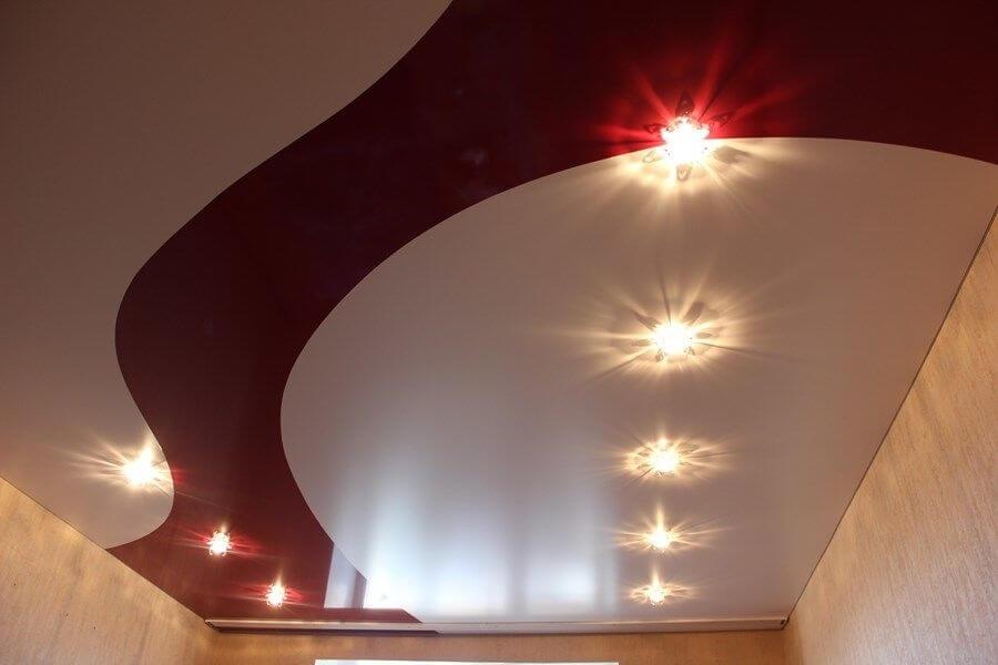 натяжные потолки в два цвета