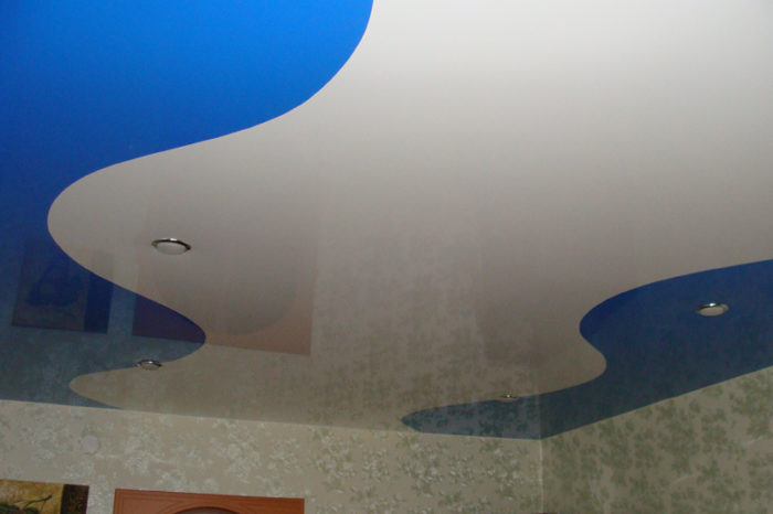 натяжные потолки спайка двух цветов фото