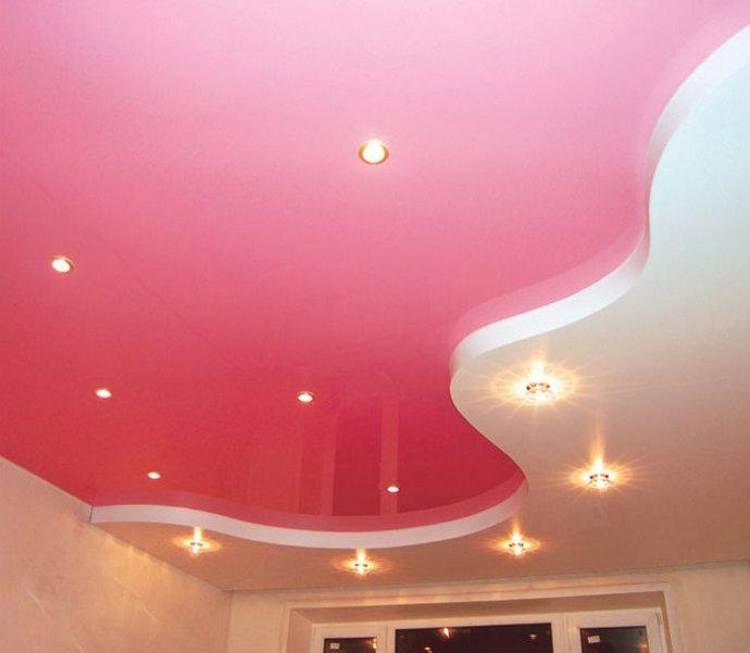 натяжные потолки спайка двух цветов варианты