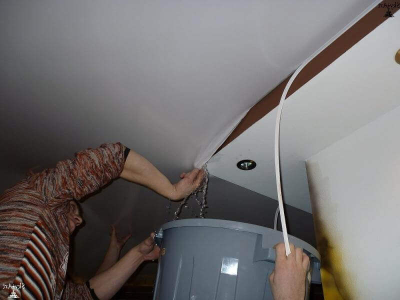 слив воды с потолка