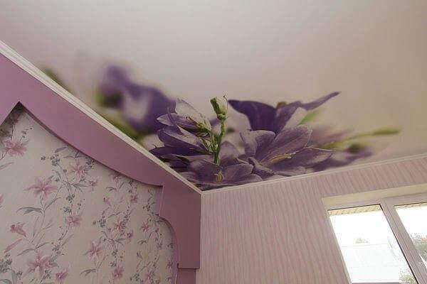натяжные потолки с цветами фото для спальни