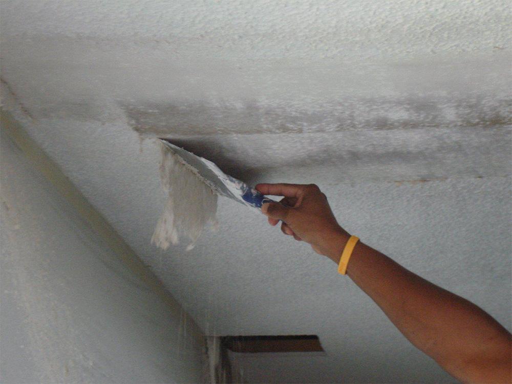как покрасить потолок с побелкой