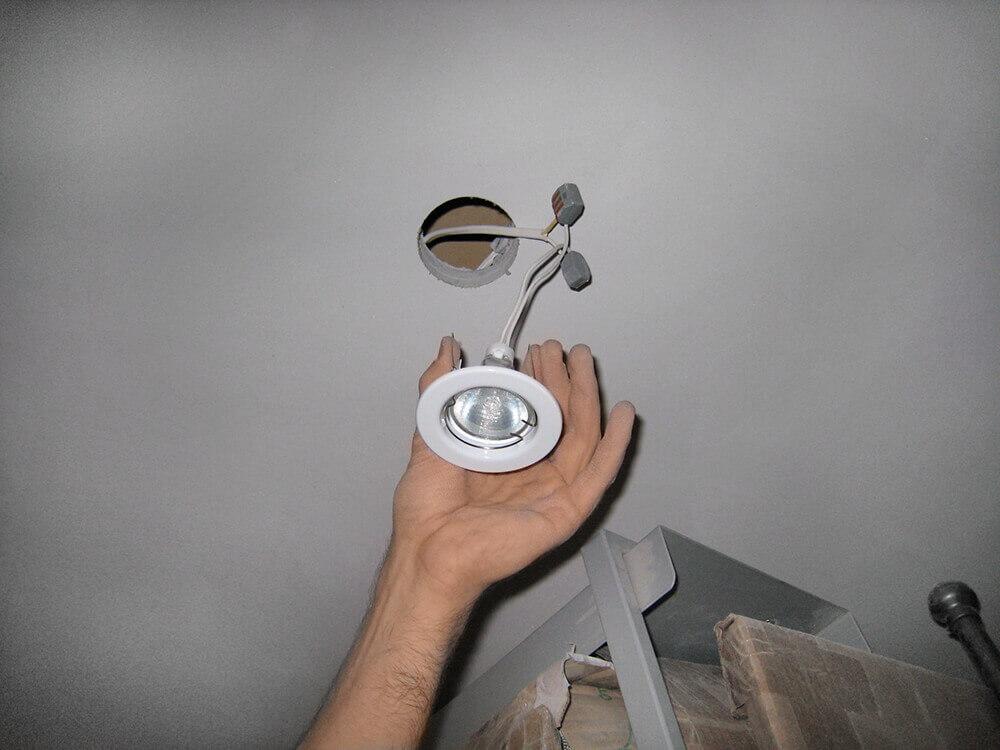 демонтаж точечного светильника из натяжного потолка