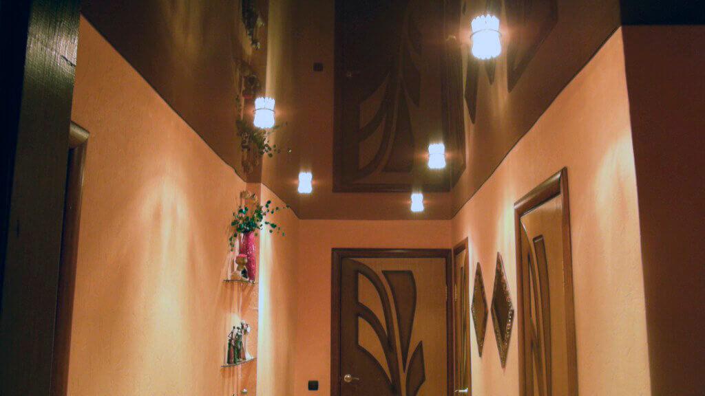 варианты отделки потолка в коридоре