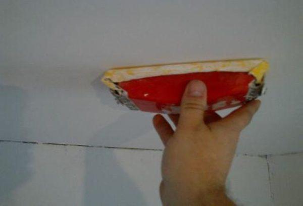 как шкурить потолок после шпаклевки без пыли