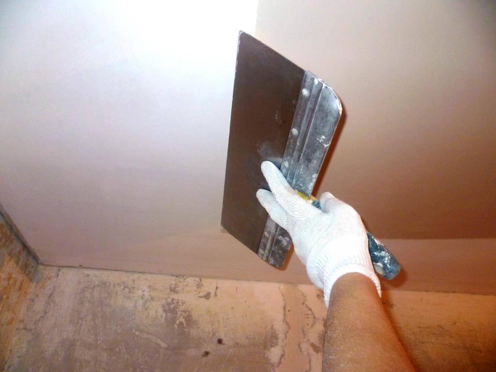 как наносить шпатлевку на потолок
