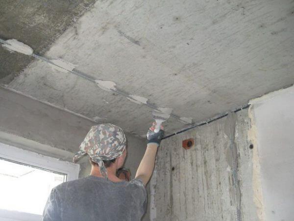 как проверить ровность потолка после шпатлевки