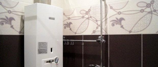 отделка потолка в ванной с водогрейной колонкой
