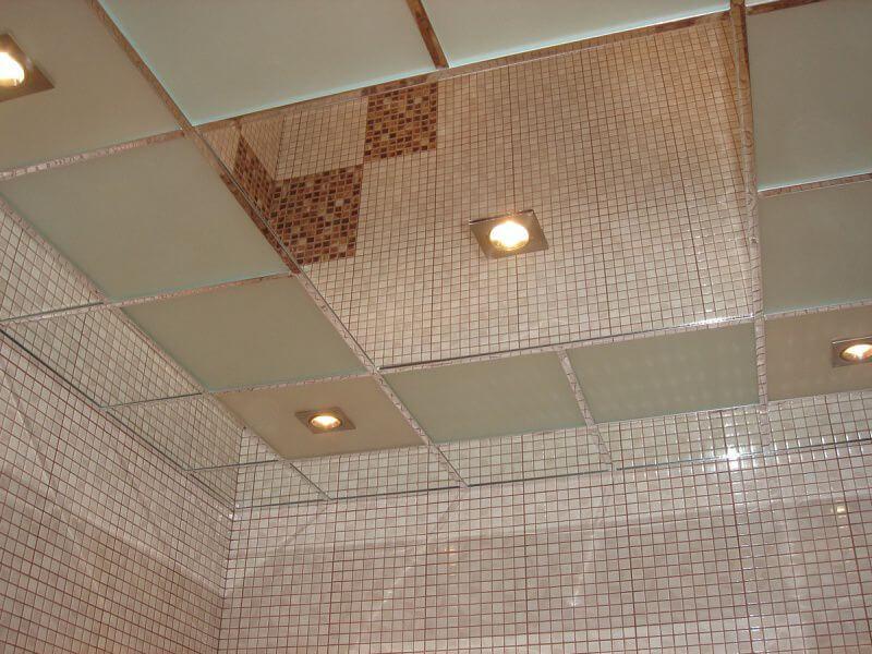 отделка потолка в ванной стеклом